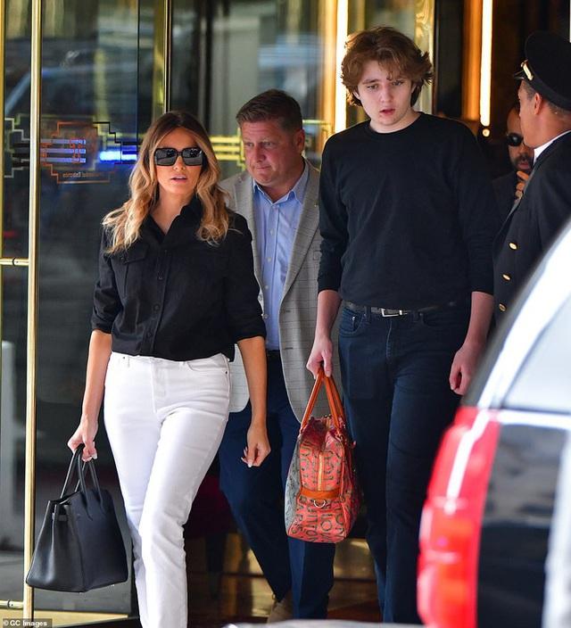 """""""Quý tử nước Mỹ"""" Barron Trump lộ diện xách túi cho mẹ tại toà nhà của gia đình, gây choáng với chiều cao hiện tại đã hơn 2m - Ảnh 1."""