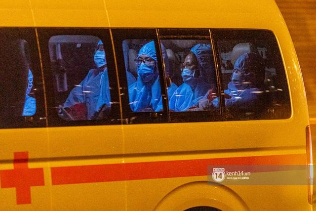 Chùm ảnh: Đoàn xe chở bệnh nhân Covid-19 nối đuôi nhau đến Bệnh viện dã chiến ở Sài Gòn trong cơn mưa đêm - Ảnh 12.