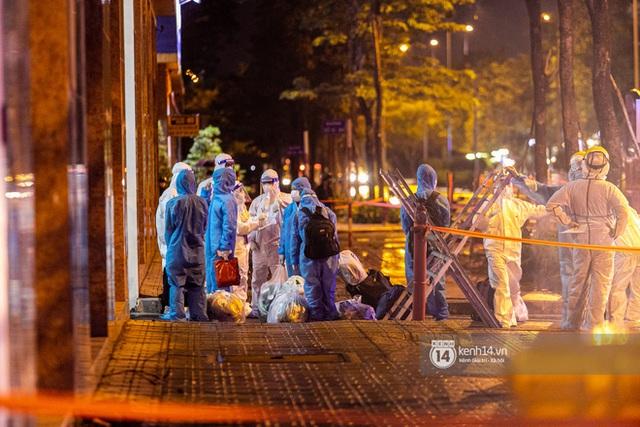 Chùm ảnh: Đoàn xe chở bệnh nhân Covid-19 nối đuôi nhau đến Bệnh viện dã chiến ở Sài Gòn trong cơn mưa đêm - Ảnh 14.