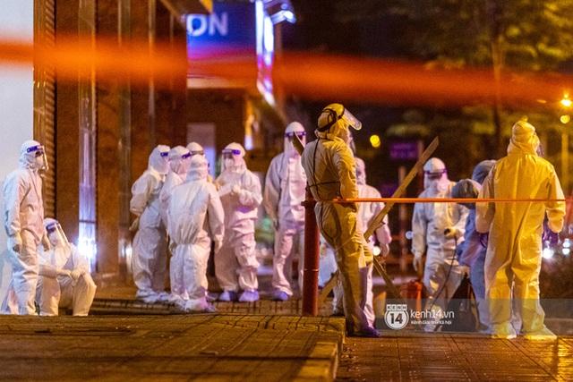 Chùm ảnh: Đoàn xe chở bệnh nhân Covid-19 nối đuôi nhau đến Bệnh viện dã chiến ở Sài Gòn trong cơn mưa đêm - Ảnh 16.
