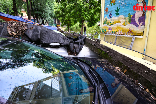 Bức tường đổ sập trong mưa đè bẹp 13 xe ô tô - Ảnh 4.