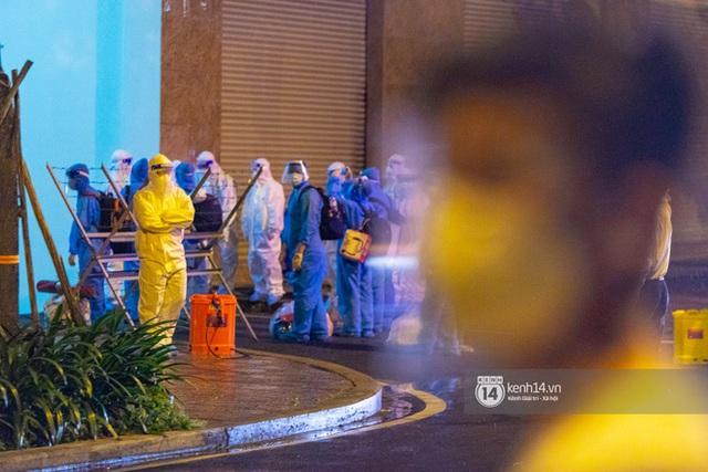 Chùm ảnh: Đoàn xe chở bệnh nhân Covid-19 nối đuôi nhau đến Bệnh viện dã chiến ở Sài Gòn trong cơn mưa đêm - Ảnh 23.