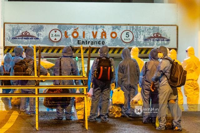 Chùm ảnh: Đoàn xe chở bệnh nhân Covid-19 nối đuôi nhau đến Bệnh viện dã chiến ở Sài Gòn trong cơn mưa đêm - Ảnh 24.
