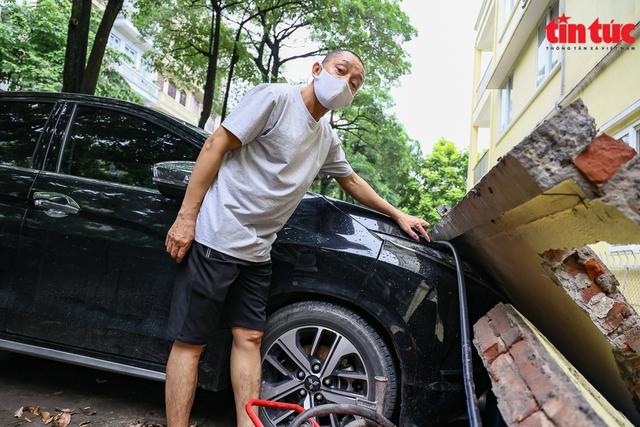 Bức tường đổ sập trong mưa đè bẹp 13 xe ô tô - Ảnh 5.