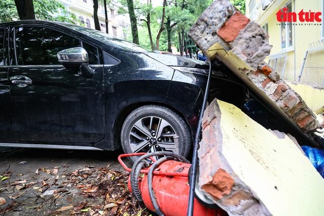 Bức tường đổ sập trong mưa đè bẹp 13 xe ô tô - Ảnh 6.