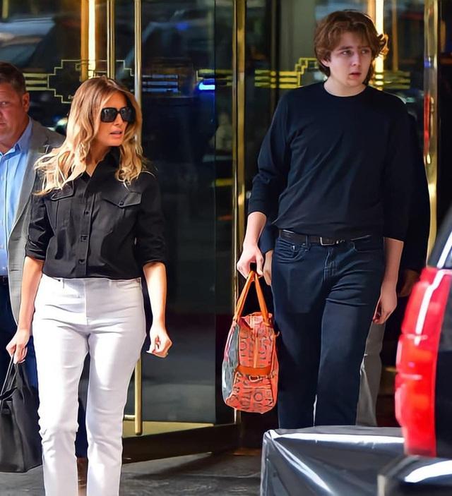 """""""Quý tử nước Mỹ"""" Barron Trump lộ diện xách túi cho mẹ tại toà nhà của gia đình, gây choáng với chiều cao hiện tại đã hơn 2m - Ảnh 5."""