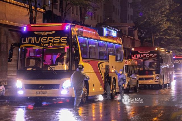 Chùm ảnh: Đoàn xe chở bệnh nhân Covid-19 nối đuôi nhau đến Bệnh viện dã chiến ở Sài Gòn trong cơn mưa đêm - Ảnh 6.