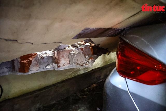 Bức tường đổ sập trong mưa đè bẹp 13 xe ô tô - Ảnh 7.