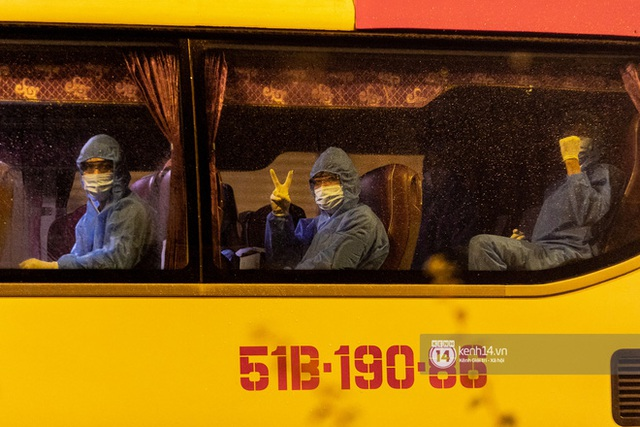 Chùm ảnh: Đoàn xe chở bệnh nhân Covid-19 nối đuôi nhau đến Bệnh viện dã chiến ở Sài Gòn trong cơn mưa đêm - Ảnh 7.