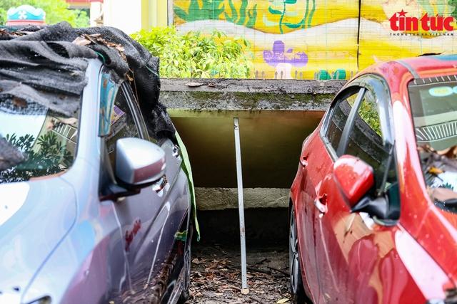 Bức tường đổ sập trong mưa đè bẹp 13 xe ô tô - Ảnh 8.