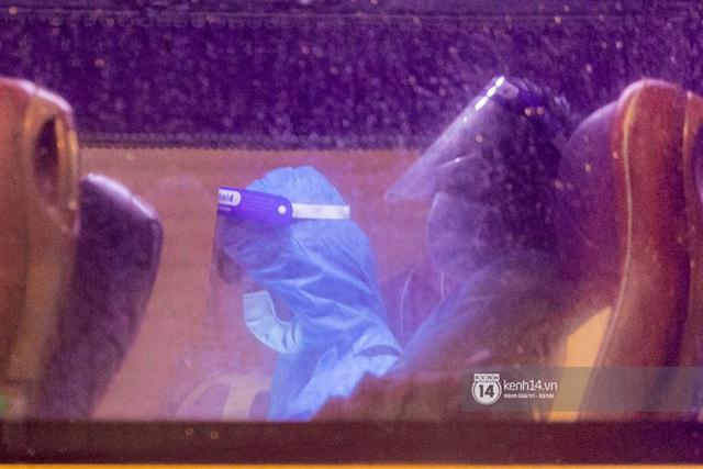 Chùm ảnh: Đoàn xe chở bệnh nhân Covid-19 nối đuôi nhau đến Bệnh viện dã chiến ở Sài Gòn trong cơn mưa đêm - Ảnh 8.