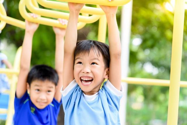 Cha mẹ thấp lùn, con có cao được không? Chuyên gia dinh dưỡng nhấn mạnh yếu tố giúp con sở hữu đôi chân dài ai ai cũng mơ ước  - Ảnh 1.