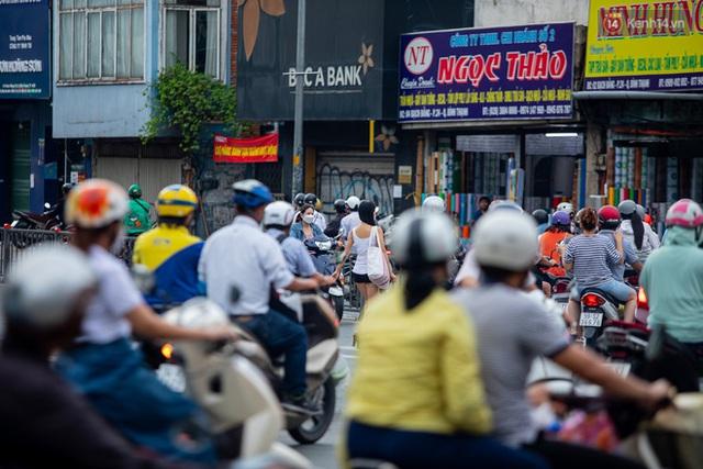 Ảnh, clip: Tấp nập những đơn hàng bán mang về cuối cùng ở Sài Gòn trước giờ giãn cách toàn thành phố - Ảnh 1.