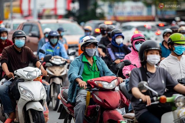 Ảnh, clip: Tấp nập những đơn hàng bán mang về cuối cùng ở Sài Gòn trước giờ giãn cách toàn thành phố - Ảnh 2.