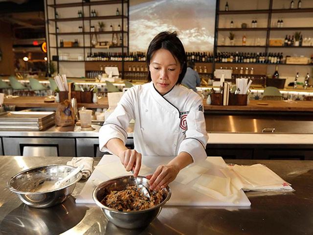 Vua đầu bếp Mỹ gốc Việt - Christine Hà hiếm hoi hé lộ căn bếp và cách sắp xếp vị trí từng lọ gia vị hoàn toàn khác với người bình thường - Ảnh 1.
