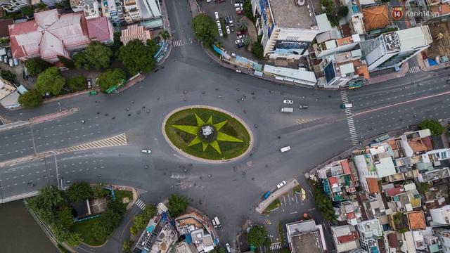 Ảnh: Sài Gòn vắng vẻ, thưa thớt xe cộ qua lại trong ngày đầu thực hiện giãn cách xã hội theo chỉ thị 16 - Ảnh 1.