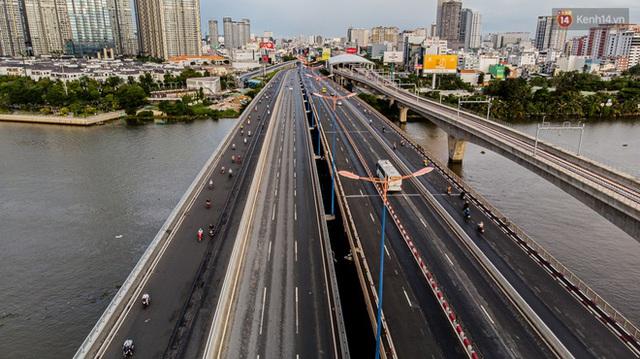 Ảnh: Sài Gòn vắng vẻ, thưa thớt xe cộ qua lại trong ngày đầu thực hiện giãn cách xã hội theo chỉ thị 16 - Ảnh 2.