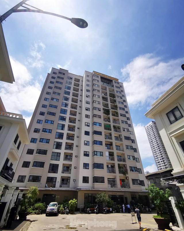Cận cảnh phong toả toà chung cư ở Hà Nội nơi có 2 ca dương tính SARS-CoV-2 - Ảnh 1.