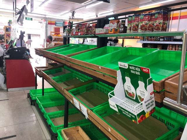 Trái ngược với cảnh trống trơn, các kệ siêu thị lại đầy ăm ắp rau củ, cá tôm trong ngày đầu TP.HCM giãn cách xã hội - Ảnh 1.