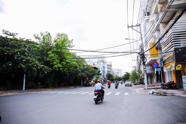 Ảnh: Sài Gòn vắng vẻ, thưa thớt xe cộ qua lại trong ngày đầu thực hiện giãn cách xã hội theo chỉ thị 16 - Ảnh 11.