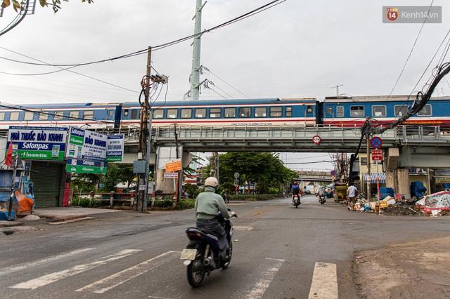 Ảnh: Sài Gòn vắng vẻ, thưa thớt xe cộ qua lại trong ngày đầu thực hiện giãn cách xã hội theo chỉ thị 16 - Ảnh 12.