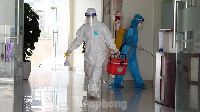 Cận cảnh phong toả toà chung cư ở Hà Nội nơi có 2 ca dương tính SARS-CoV-2 - Ảnh 11.