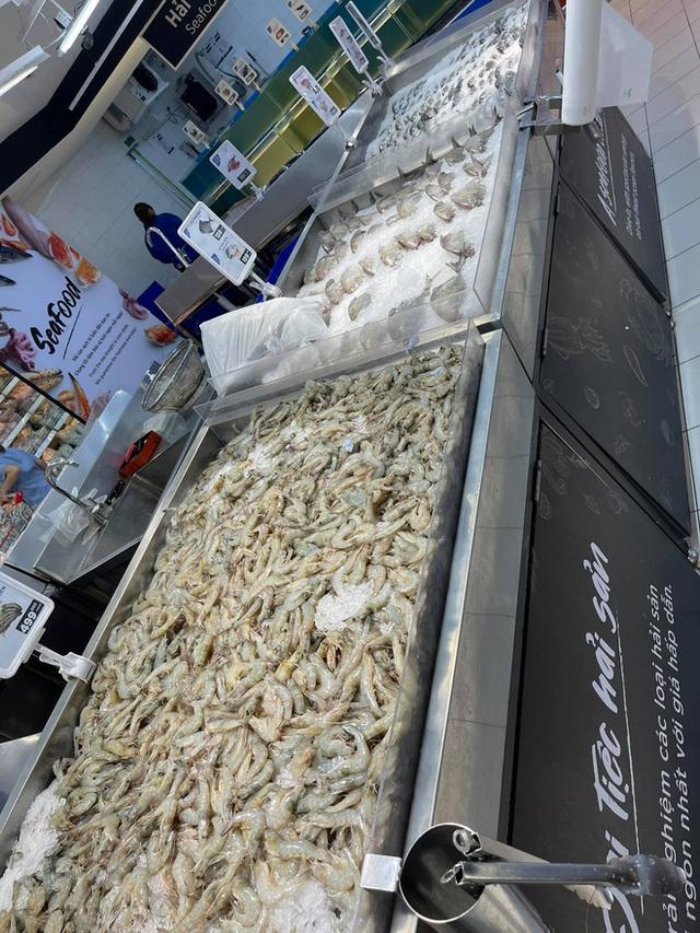 Trái ngược với cảnh trống trơn, các kệ siêu thị lại đầy ăm ắp rau củ, cá tôm trong ngày đầu TP.HCM giãn cách xã hội - Ảnh 12.