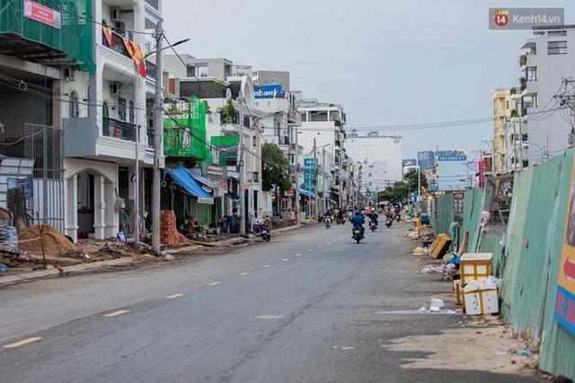 Ảnh: Sài Gòn vắng vẻ, thưa thớt xe cộ qua lại trong ngày đầu thực hiện giãn cách xã hội theo chỉ thị 16 - Ảnh 13.