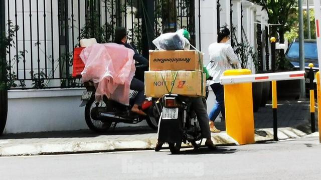 Cận cảnh phong toả toà chung cư ở Hà Nội nơi có 2 ca dương tính SARS-CoV-2 - Ảnh 12.