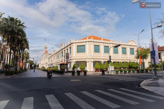 Ảnh: Sài Gòn vắng vẻ, thưa thớt xe cộ qua lại trong ngày đầu thực hiện giãn cách xã hội theo chỉ thị 16 - Ảnh 14.