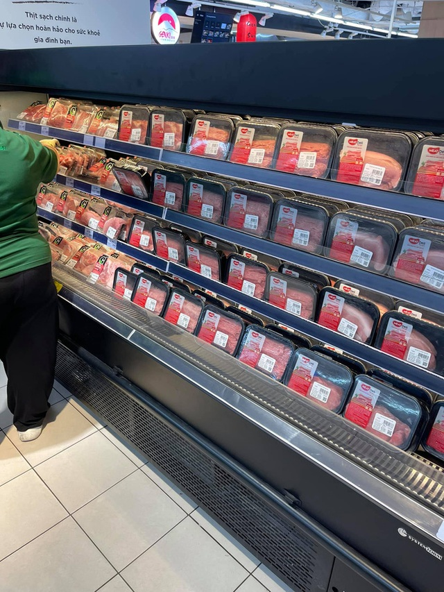 Trái ngược với cảnh trống trơn, các kệ siêu thị lại đầy ăm ắp rau củ, cá tôm trong ngày đầu TP.HCM giãn cách xã hội - Ảnh 14.
