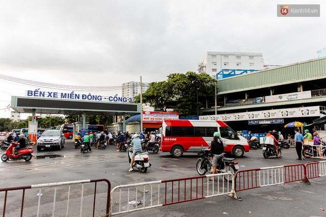 Ảnh: Sài Gòn vắng vẻ, thưa thớt xe cộ qua lại trong ngày đầu thực hiện giãn cách xã hội theo chỉ thị 16 - Ảnh 16.