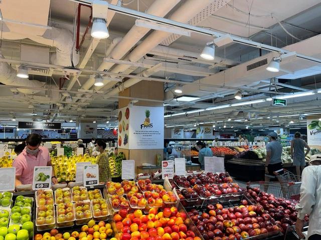 Trái ngược với cảnh trống trơn, các kệ siêu thị lại đầy ăm ắp rau củ, cá tôm trong ngày đầu TP.HCM giãn cách xã hội - Ảnh 17.