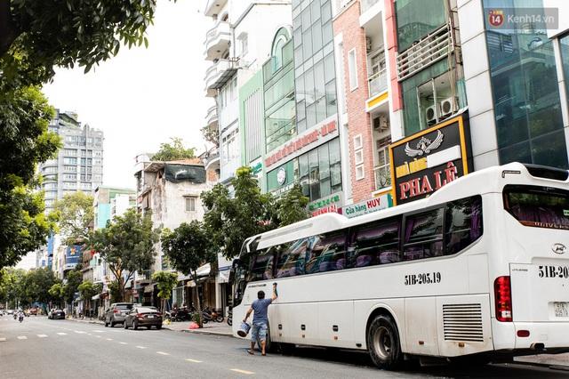 Ảnh: Sài Gòn vắng vẻ, thưa thớt xe cộ qua lại trong ngày đầu thực hiện giãn cách xã hội theo chỉ thị 16 - Ảnh 18.