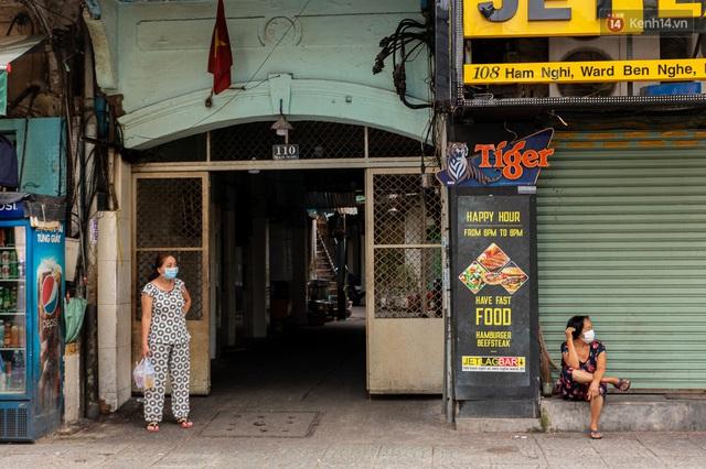 Ảnh: Sài Gòn vắng vẻ, thưa thớt xe cộ qua lại trong ngày đầu thực hiện giãn cách xã hội theo chỉ thị 16 - Ảnh 19.