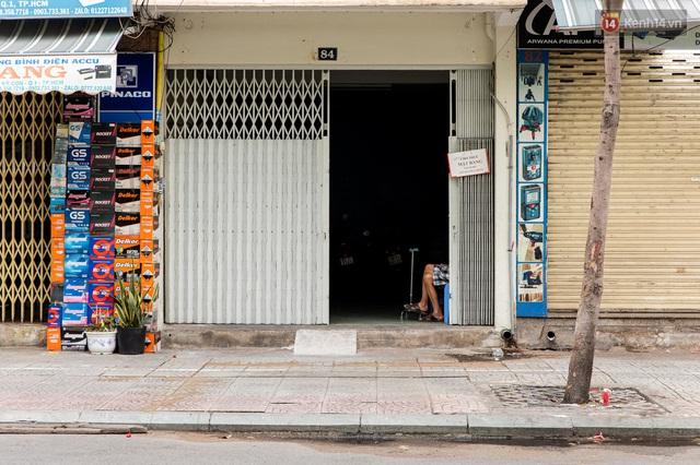 Ảnh: Sài Gòn vắng vẻ, thưa thớt xe cộ qua lại trong ngày đầu thực hiện giãn cách xã hội theo chỉ thị 16 - Ảnh 20.
