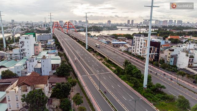 Ảnh: Sài Gòn vắng vẻ, thưa thớt xe cộ qua lại trong ngày đầu thực hiện giãn cách xã hội theo chỉ thị 16 - Ảnh 3.