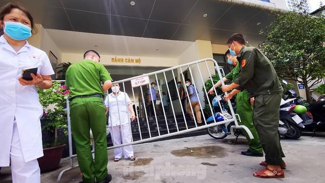 Cận cảnh phong toả toà chung cư ở Hà Nội nơi có 2 ca dương tính SARS-CoV-2 - Ảnh 2.