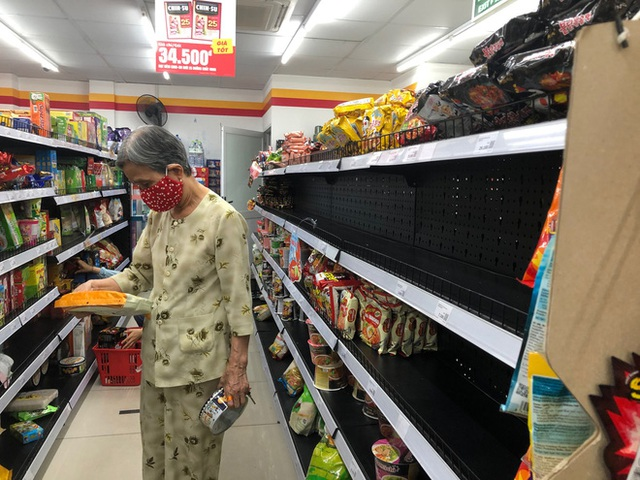 Trái ngược với cảnh trống trơn, các kệ siêu thị lại đầy ăm ắp rau củ, cá tôm trong ngày đầu TP.HCM giãn cách xã hội - Ảnh 3.