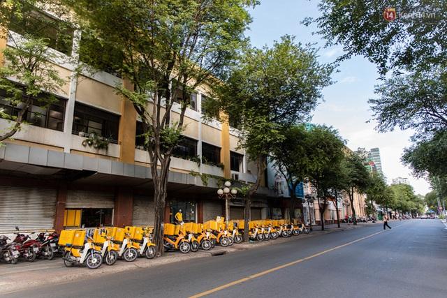 Ảnh: Sài Gòn vắng vẻ, thưa thớt xe cộ qua lại trong ngày đầu thực hiện giãn cách xã hội theo chỉ thị 16 - Ảnh 24.