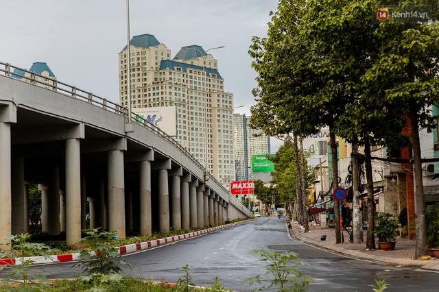 Ảnh: Sài Gòn vắng vẻ, thưa thớt xe cộ qua lại trong ngày đầu thực hiện giãn cách xã hội theo chỉ thị 16 - Ảnh 26.