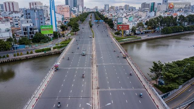 Ảnh: Sài Gòn vắng vẻ, thưa thớt xe cộ qua lại trong ngày đầu thực hiện giãn cách xã hội theo chỉ thị 16 - Ảnh 4.