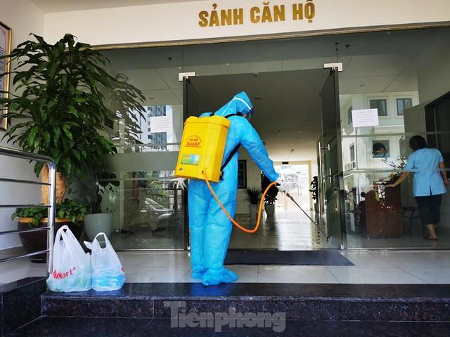 Cận cảnh phong toả toà chung cư ở Hà Nội nơi có 2 ca dương tính SARS-CoV-2 - Ảnh 4.