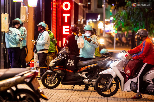 Ảnh, clip: Tấp nập những đơn hàng bán mang về cuối cùng ở Sài Gòn trước giờ giãn cách toàn thành phố - Ảnh 6.
