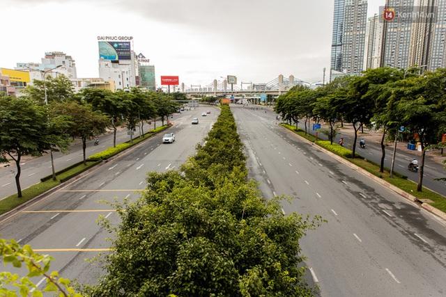 Ảnh: Sài Gòn vắng vẻ, thưa thớt xe cộ qua lại trong ngày đầu thực hiện giãn cách xã hội theo chỉ thị 16 - Ảnh 6.