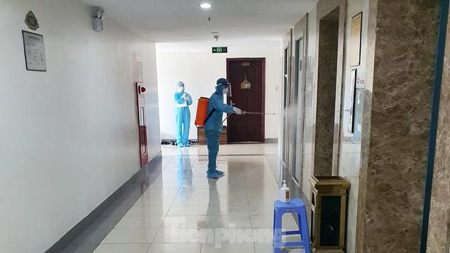 Cận cảnh phong toả toà chung cư ở Hà Nội nơi có 2 ca dương tính SARS-CoV-2 - Ảnh 5.