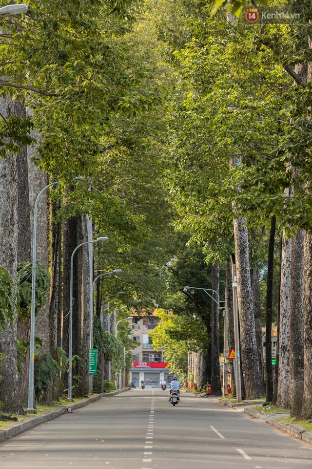 Ảnh: Sài Gòn vắng vẻ, thưa thớt xe cộ qua lại trong ngày đầu thực hiện giãn cách xã hội theo chỉ thị 16 - Ảnh 7.