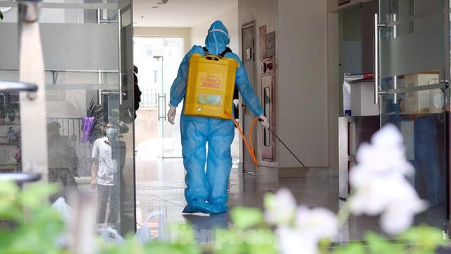 Cận cảnh phong toả toà chung cư ở Hà Nội nơi có 2 ca dương tính SARS-CoV-2 - Ảnh 6.