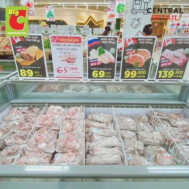 Trái ngược với cảnh trống trơn, các kệ siêu thị lại đầy ăm ắp rau củ, cá tôm trong ngày đầu TP.HCM giãn cách xã hội - Ảnh 7.