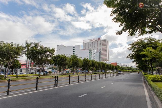 Ảnh: Sài Gòn vắng vẻ, thưa thớt xe cộ qua lại trong ngày đầu thực hiện giãn cách xã hội theo chỉ thị 16 - Ảnh 8.